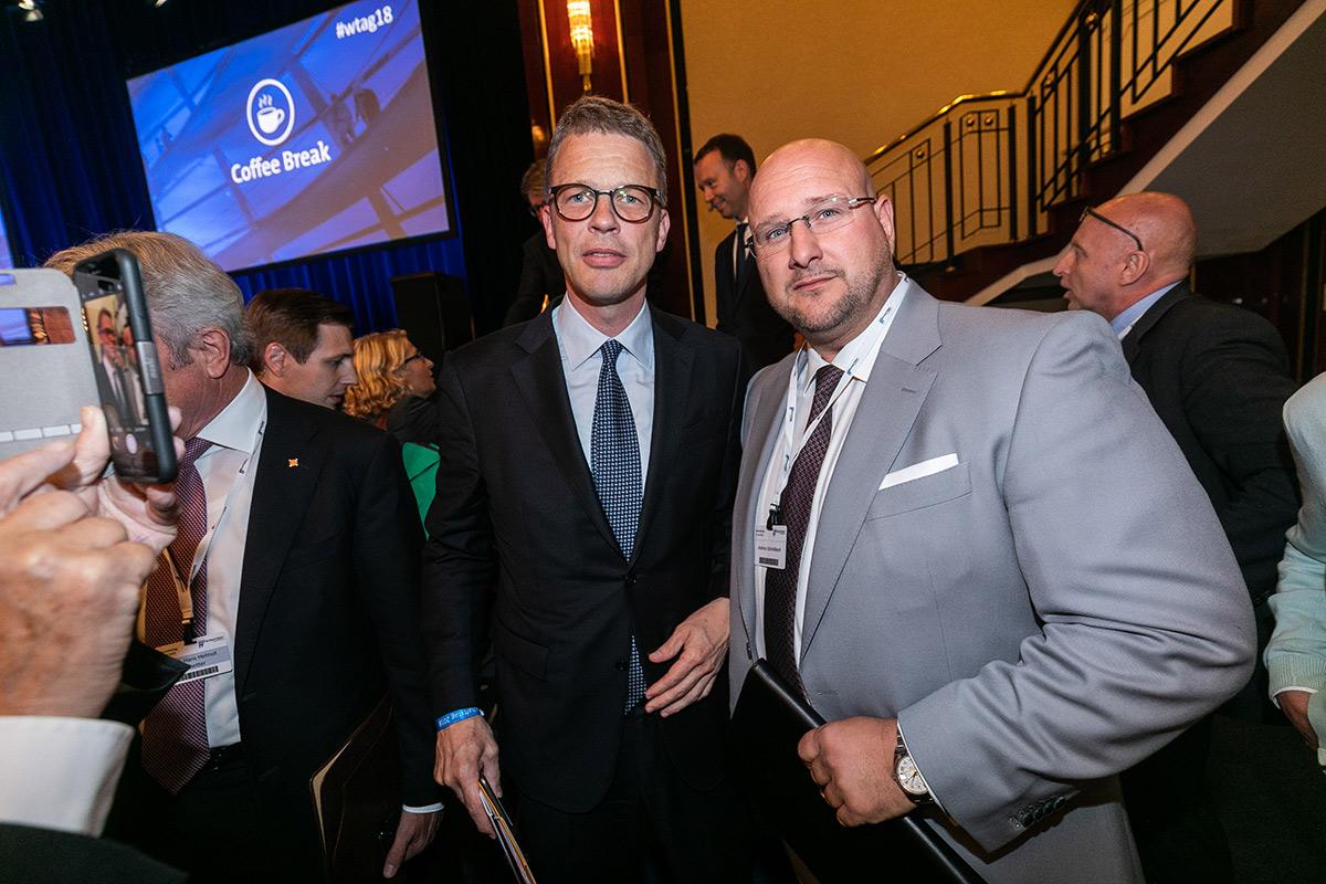 Cristian Sewing, Vorstandsvorsitzender Deutsche Bank mit Geschäftsführer der AS UNTERNEHMENSGRUPPE Andreas Schrobback
