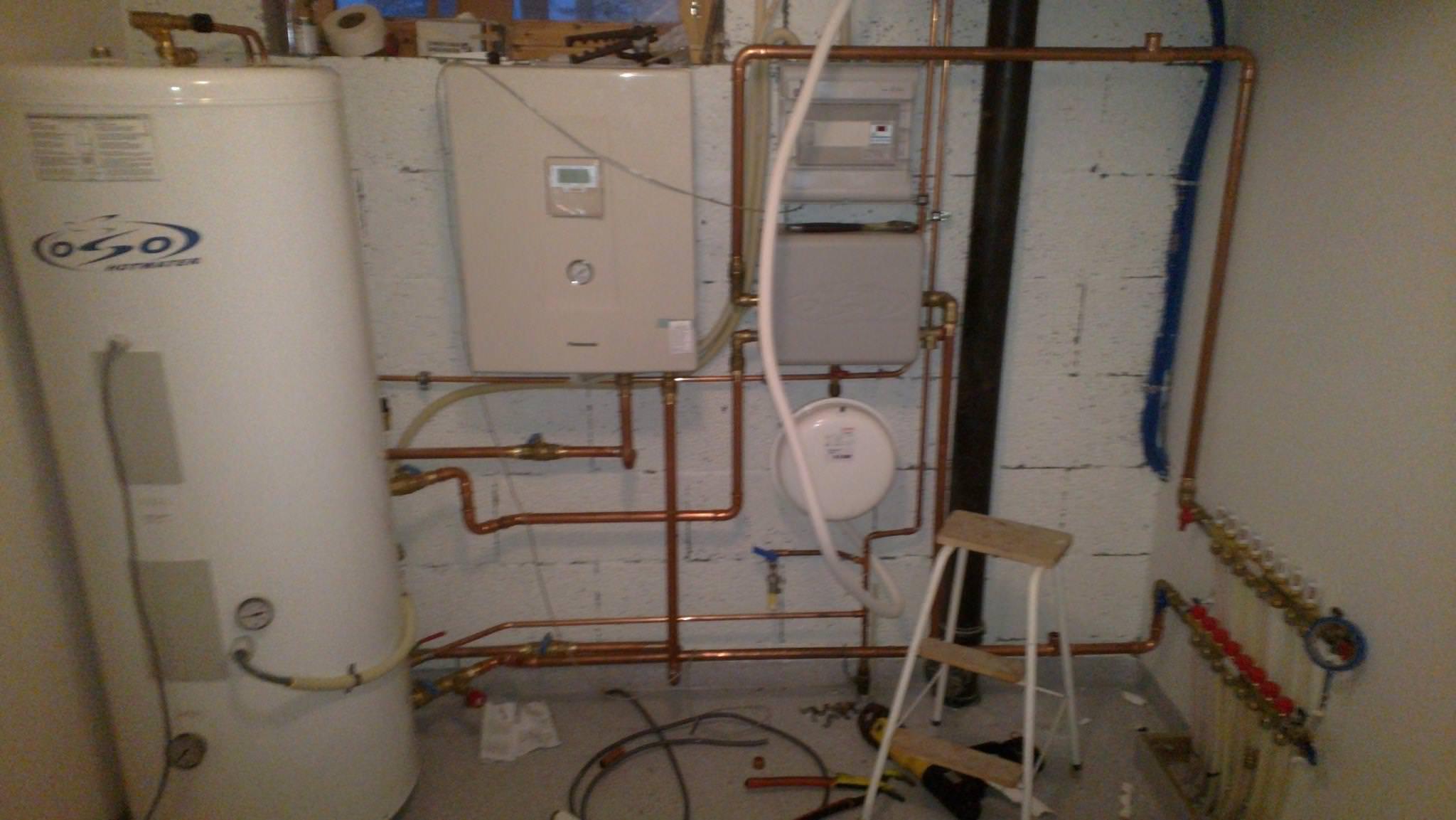 røropplegg både til gulvvarme og tappevann , dette opplegget er for luft: vann.jpg