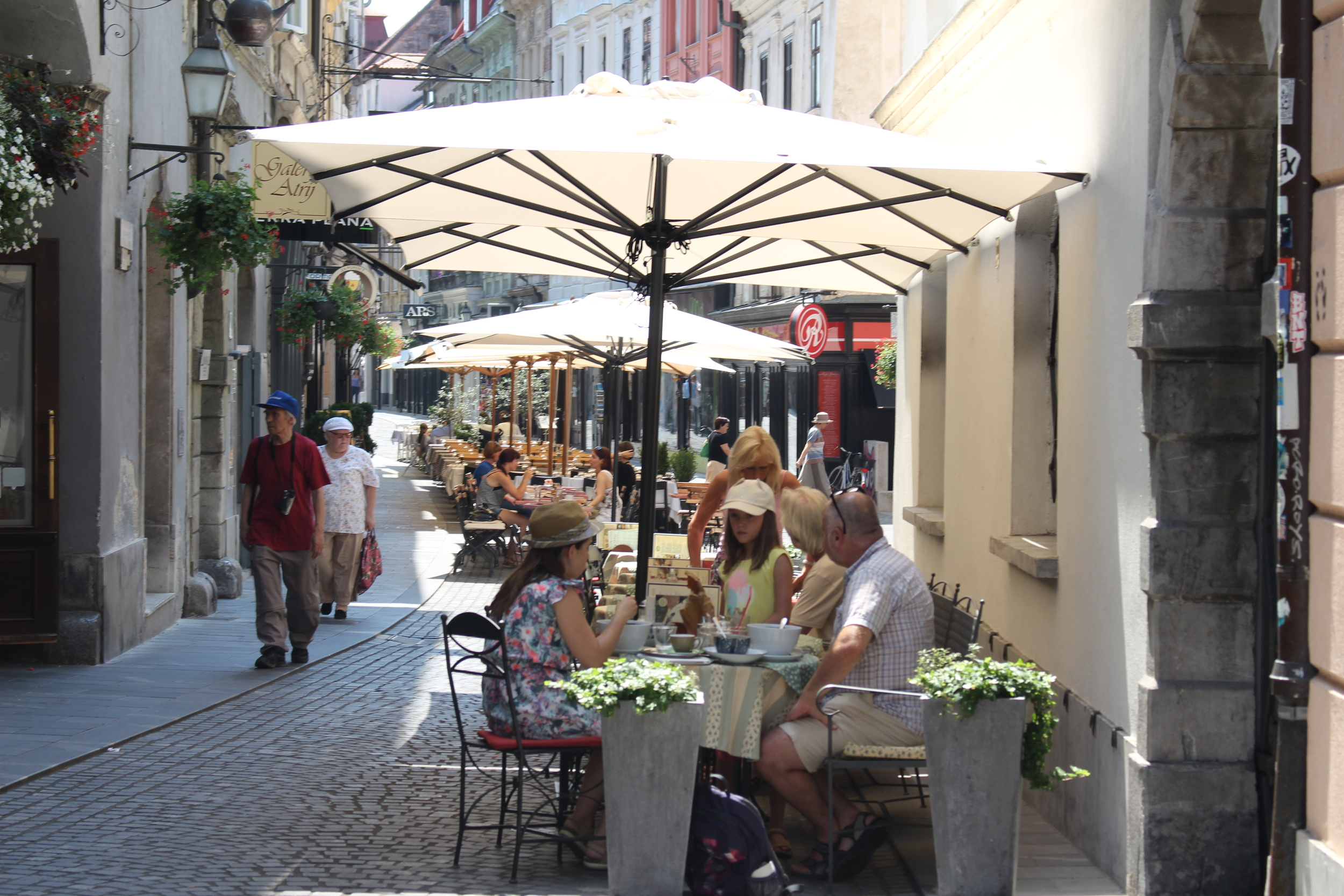 Shops and cafés in the Old town