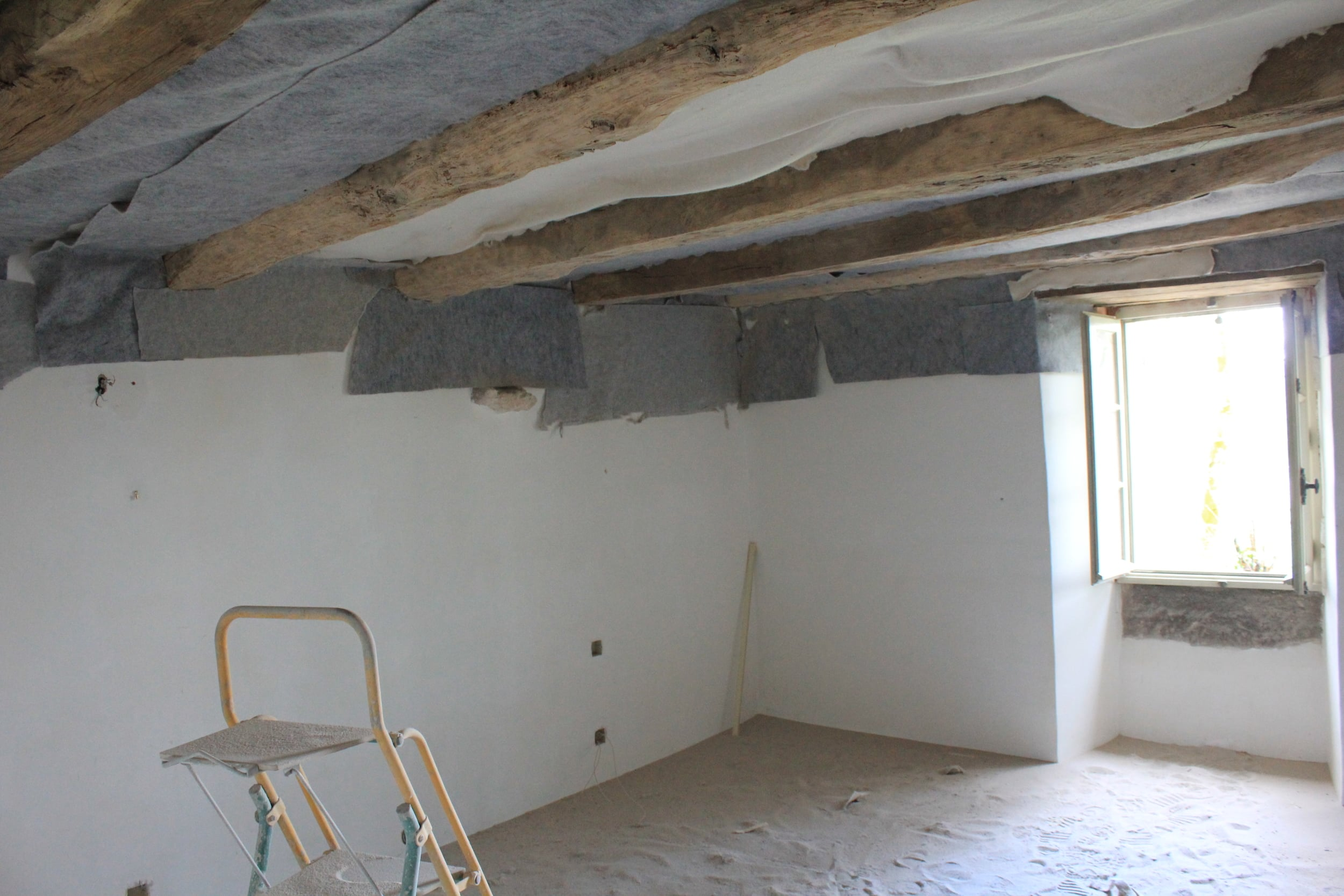 Beauville bedroom, the ceiling is being protected while the beams are sandblasted.