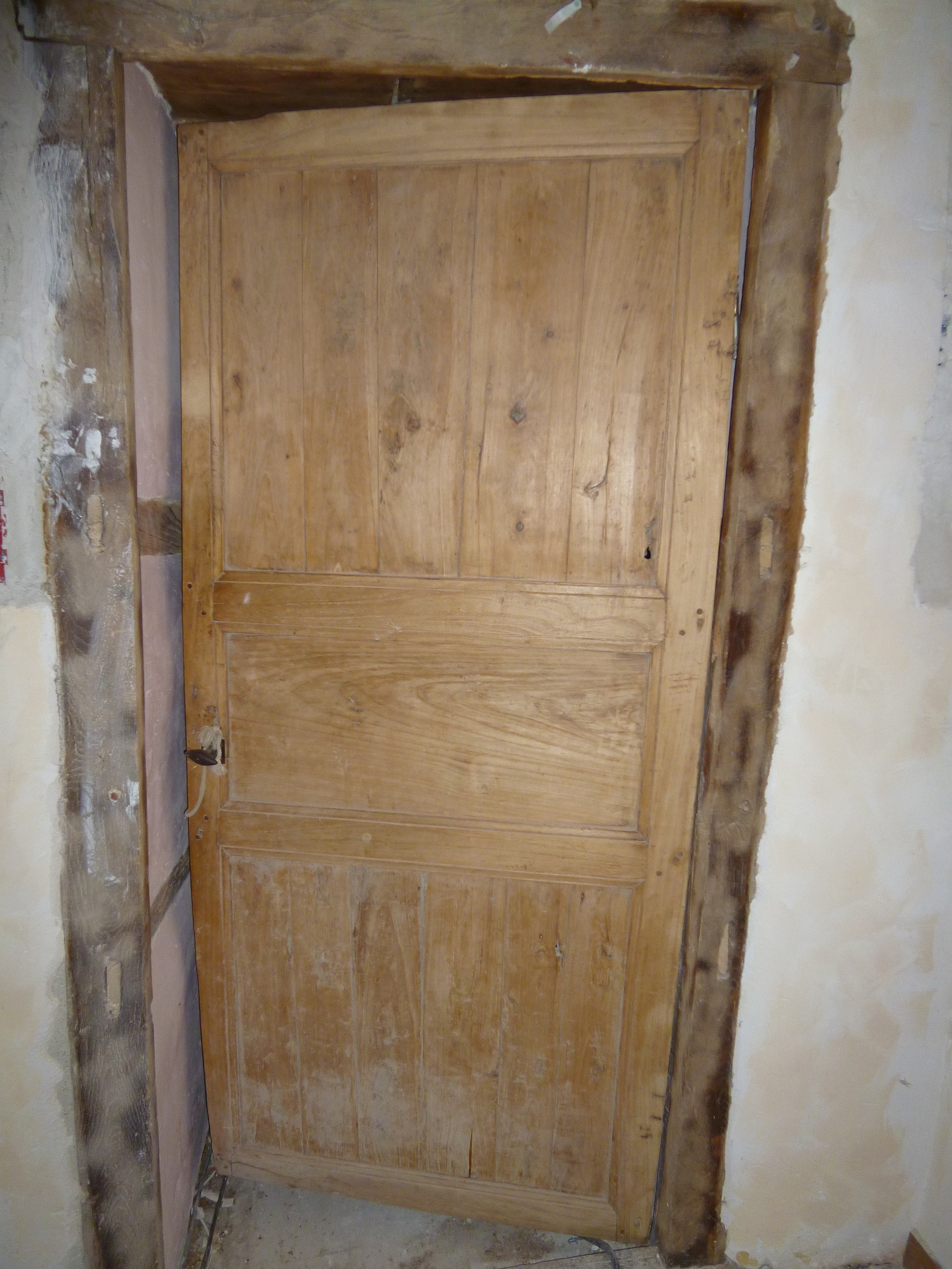 The old door from the cuisine to the hallway.