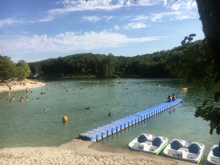 The lake and beach at Montaigu de Quercy