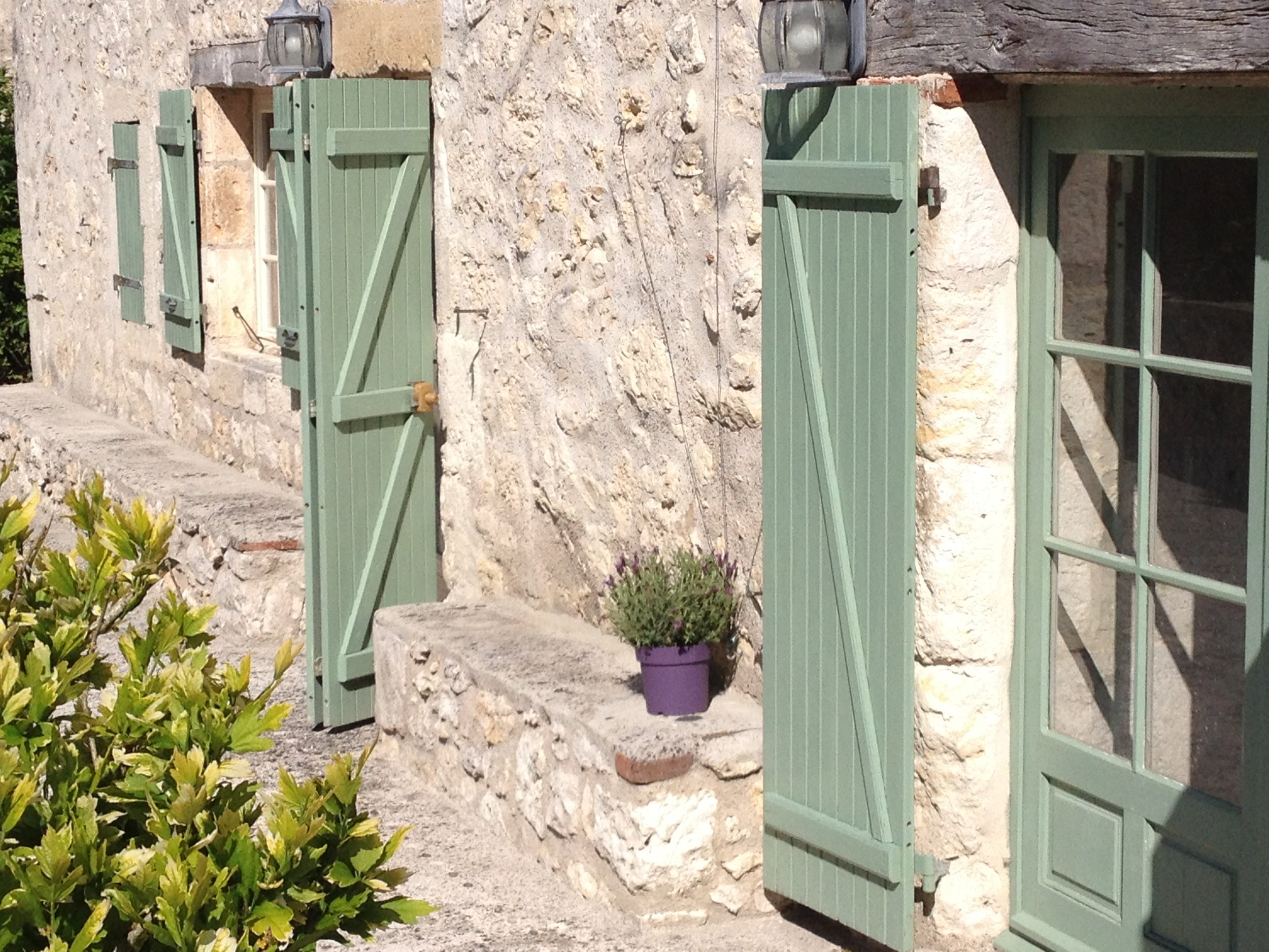 Testing the lavender and the colour of the pot with the shutters...I think it works!