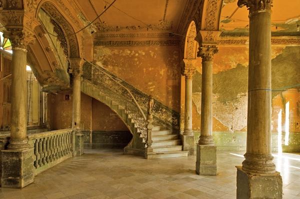 Grand colonial staircase ushering visitors to La Guarida | photo by La Guarida
