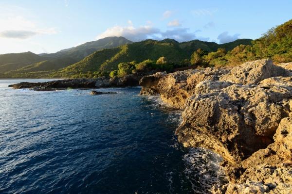 La Sierra Maestra coastline | photo by Rafal Cichawa
