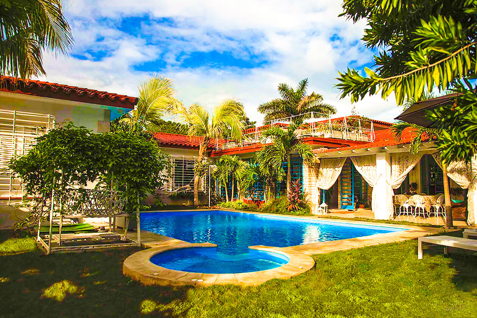 pool_house_yard_2_compressed.jpg