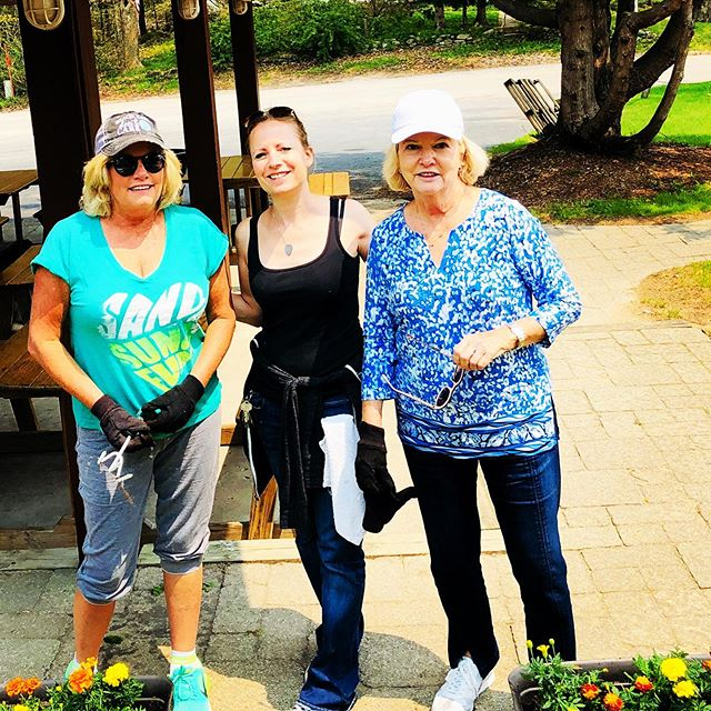 Making The Albatross pretty with Summer flowers! 🌸  Cousin Linda and Aunt Mary came all the way from Florida to help out and visit! 😊 (Linda, Laura and Mary)  #flowersfrommannsmercantile #family #feelslikesummer #washingtonisland