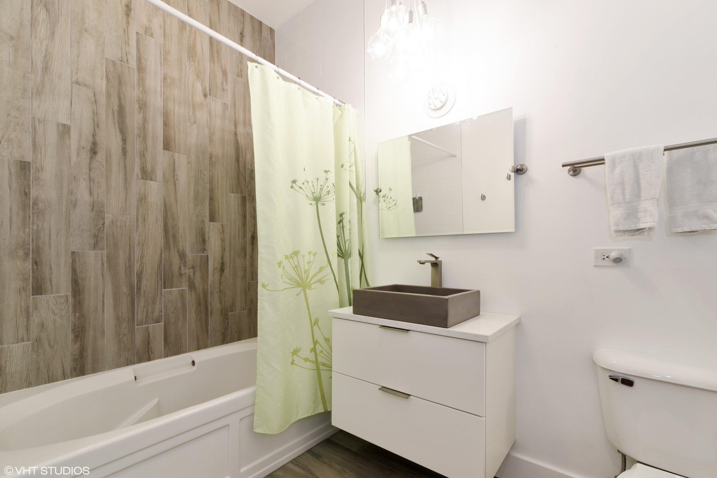 09_950WLeland_Unit410_8_Bathroom_HiRes.jpg