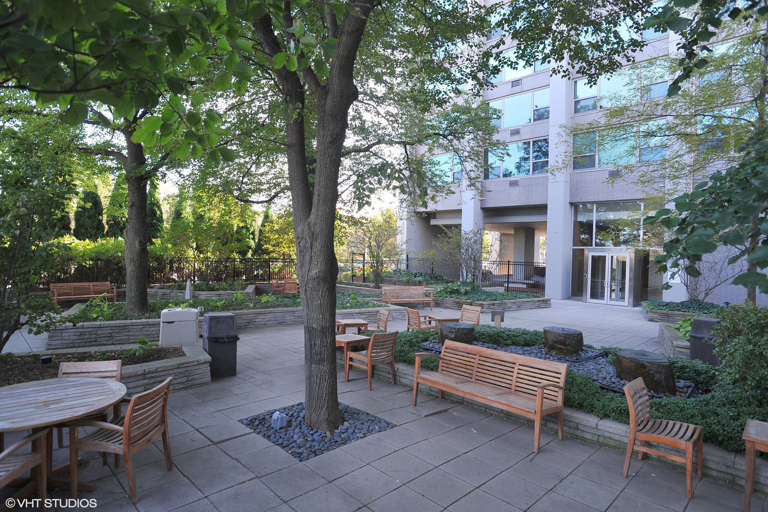 13_3600NLakeShoreDr_Unit724_175_Courtyard_HiRes.jpg
