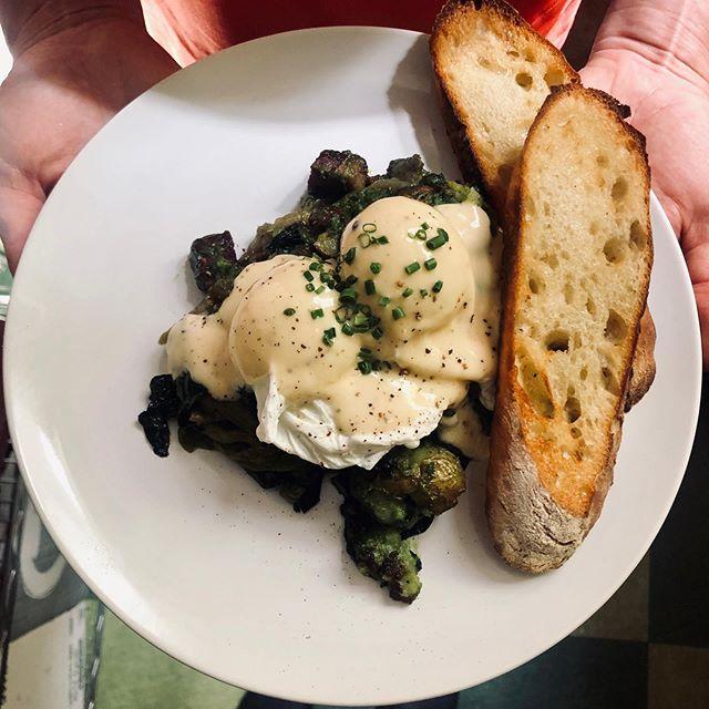 CORNED BEEF NECK HASH // potatoes, kale, caramelized onions, roasted garlic hollandaise.  Brunch Saturdays & Sundays 10-2 #brunchies #nqyyj #cornedbeefhash #hudsondistrict