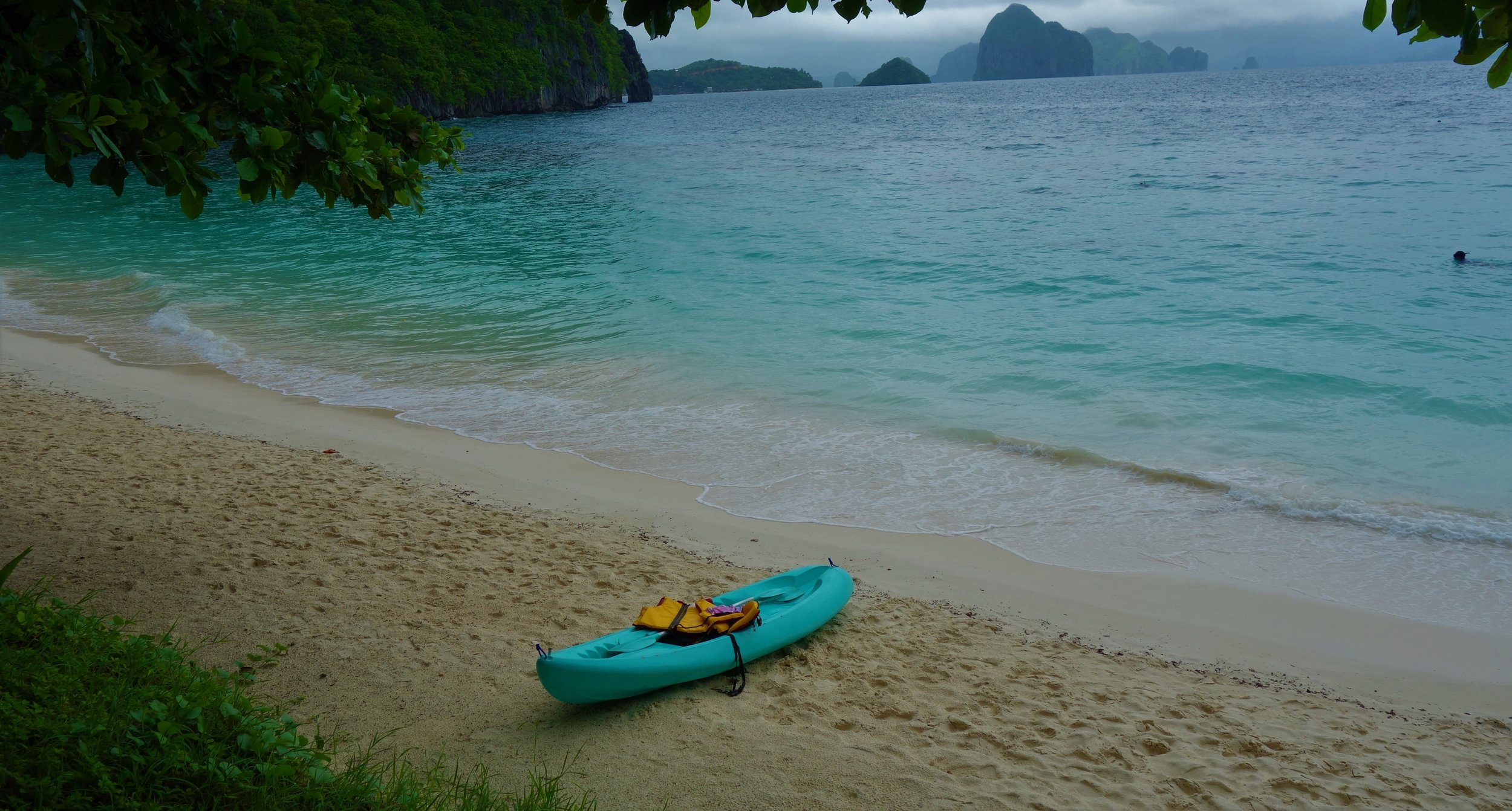 Kayak to Papaya Beach - Just next to 7 Commandos Beach, Papaya Beach is a less crowded idyllic beach with a volleyball net, a basket, hammocks and swings. From El Nido Beach, it will take you around 1h but you can also start from Corong Corong.