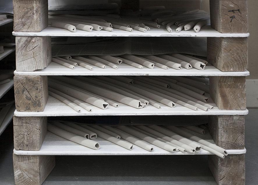 Almacenados para secado directamente sobre las placas en las que irán al horno.