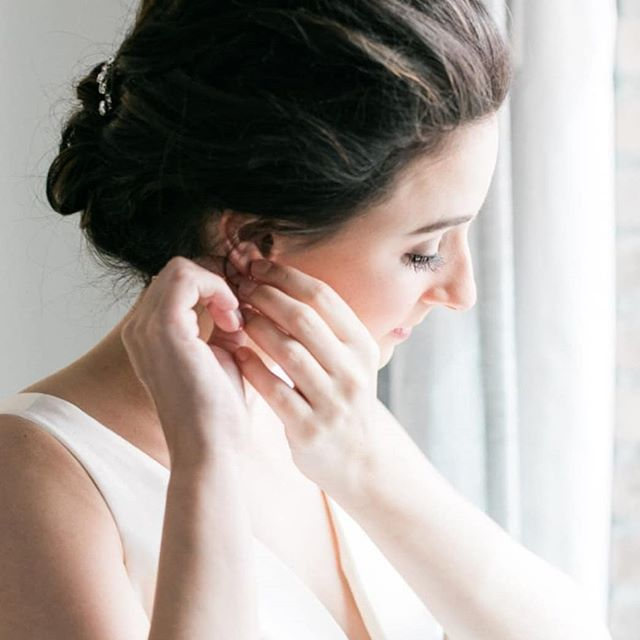 Elegance ♥️ Hair:@upsanddos  Photo: @chrisandrachelphoto . . . . #makeupbynorelleb #airbrushartist #temptupro #temptuairbrush #upsanddos #charlotteweddingvendors #onlocationartist #charlottebeauty #charlottemakeupartist #bridalmakeup #weddings #bride #lashes