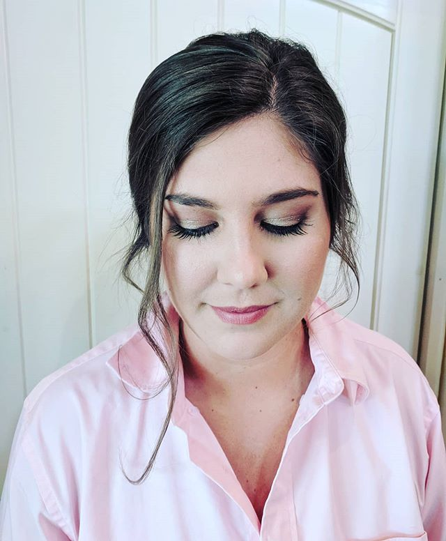 Real lashes and natural beauty. Gorgeous bridesmaid from yesterday's wedding at @lunastrailfarm with @laurenbhair slaying the hair ♥️ . . . . #makeupbynorelleb #charlottemakeupartist #onlocation #ncmua #scmua #mootd #makeupforever #abh #reallash #naturallight #cltmua #makeupinspo