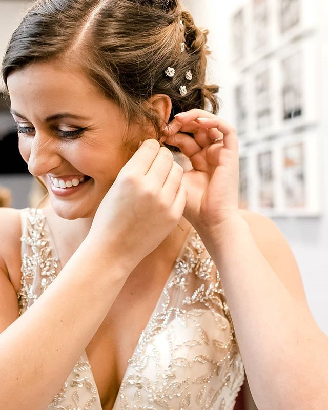 Love this picture of Morgan from her wedding day. Pure joy ♥️ . . . . #makeupbynorelleb #cltmua #ncmua #onlocation #scmua #temptupro #charlottemakeupartist #charlotteweddingvendors #bride #bridal #weddingmakeup #airbrushmakeup #carolinabride