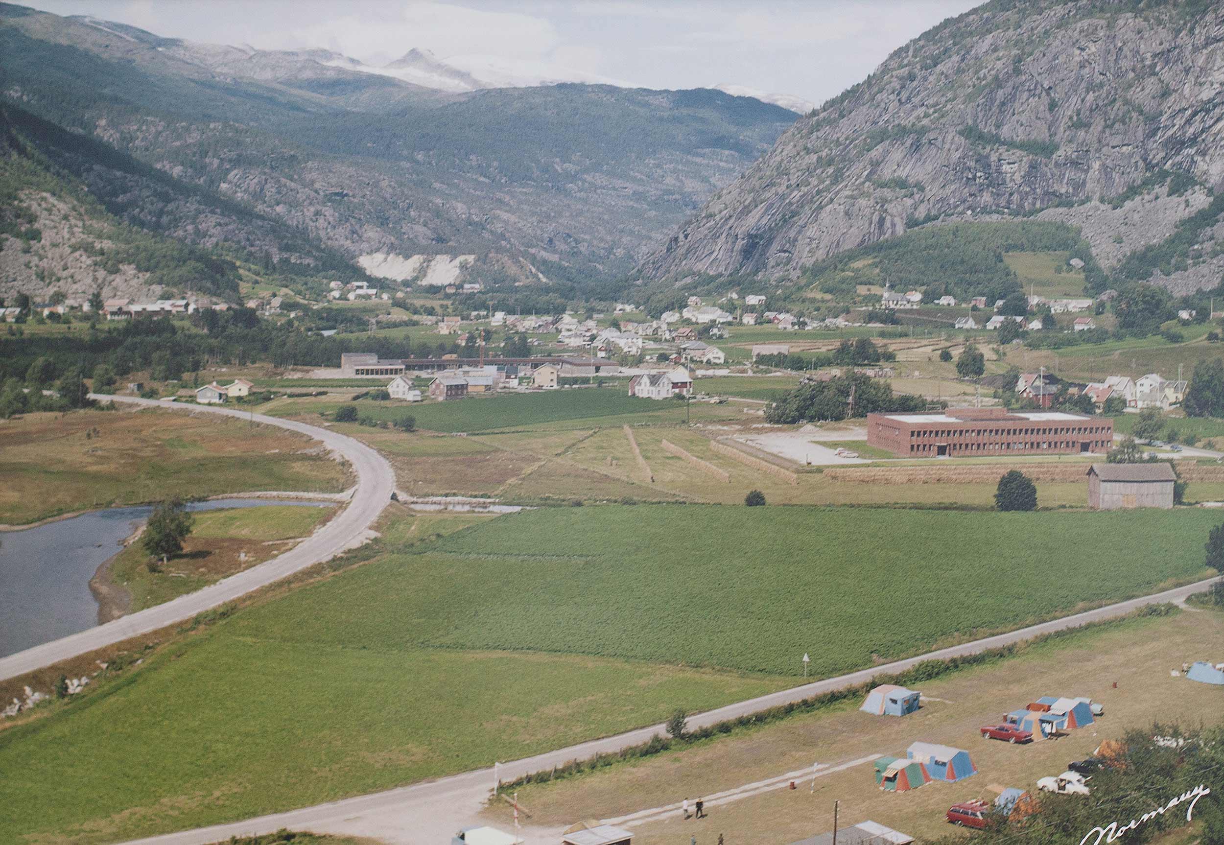 Bilde over Gaupne, Luster kommune i 1970, 18 år før NTP startet. FOTO: NTP