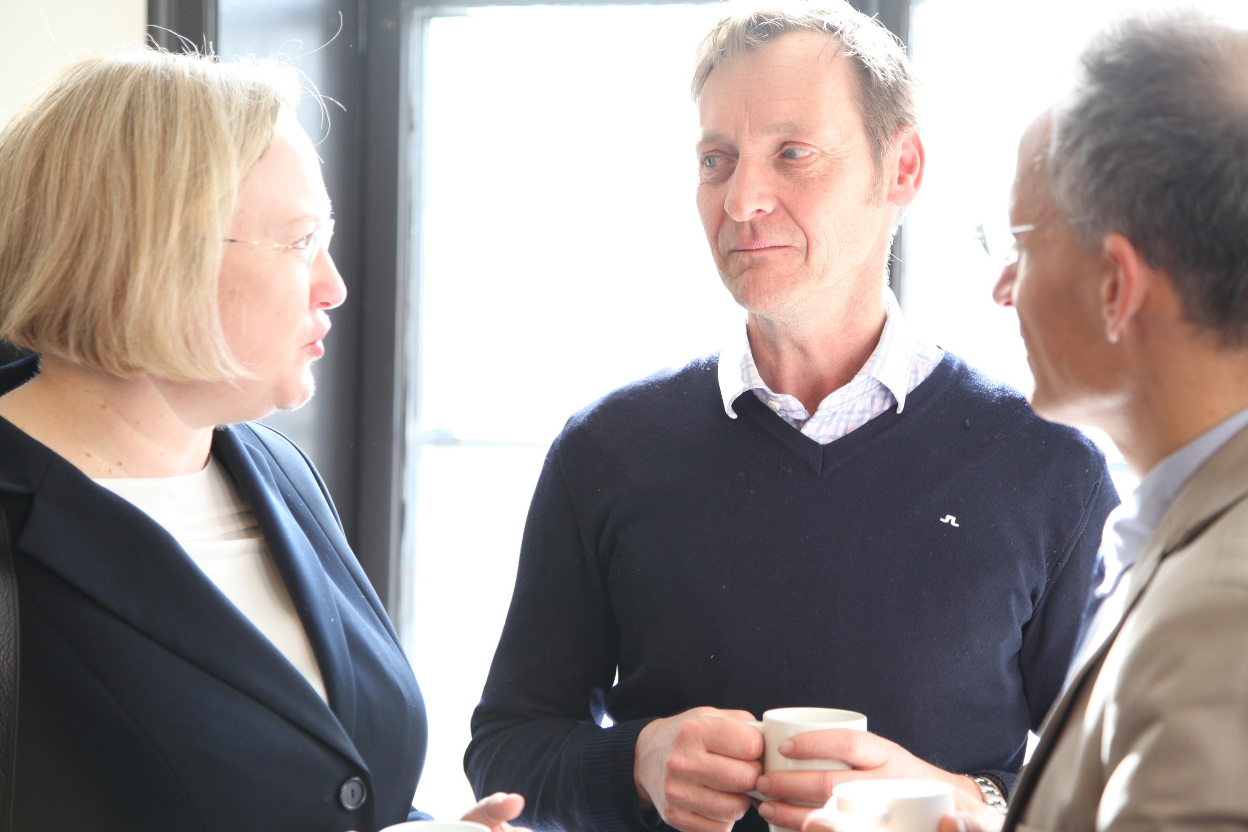 Helen Campbell, EUs ambassadør til Norge, i samtale om de kommende klimaforhandlingene i Paris med seniorrådgiver Per Anker Nilssen ved NHO og ambassaderåd Jean-Marc Pommeray ved den franske ambassaden i Oslo. Foto: Monica Bjermeland/CICEP.