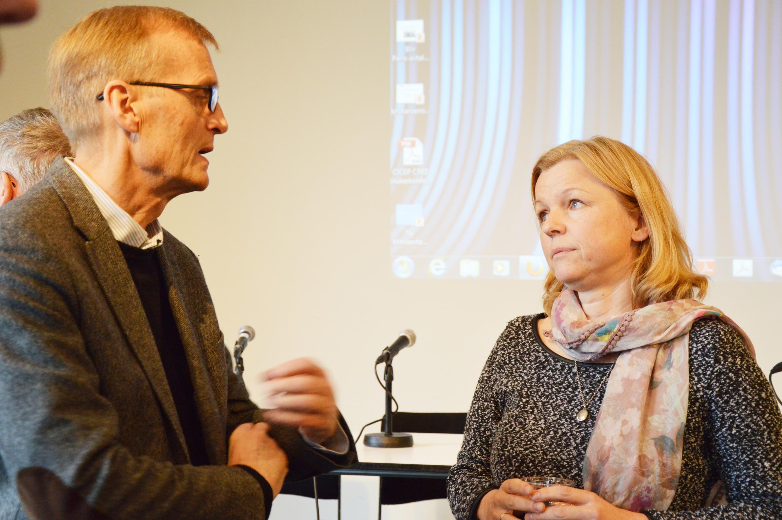 Jon Hovi, forsker ved institutt for statsvitenskap UIO og CICEP og fungerende leder ved CICEP og CICERo forsker, Guri Bang, diskuterer i pausen. Foto: CICEP/Astrid Arnslett