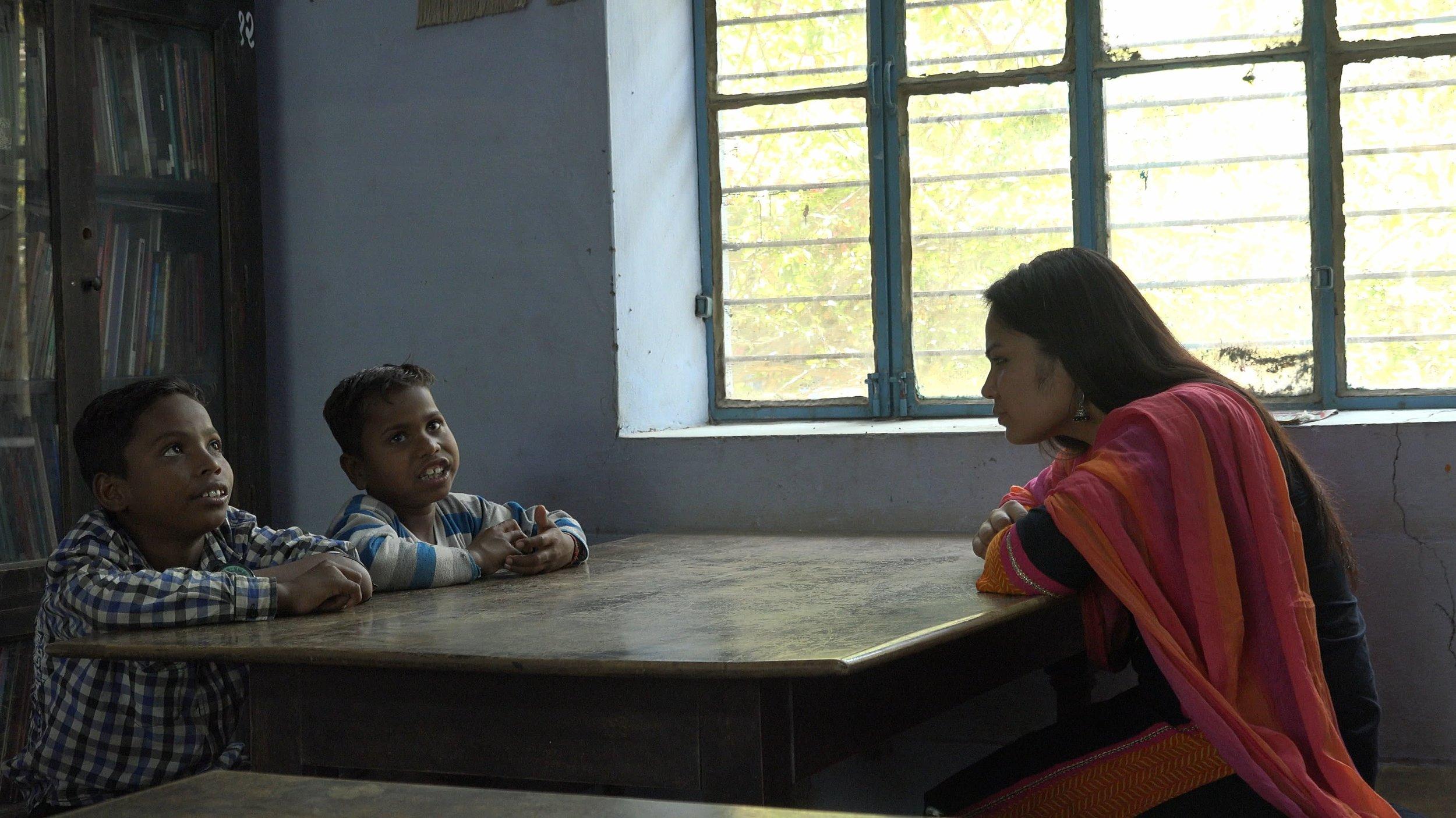 Alpana talks with Rizwan and Noman © Ravi Yadav