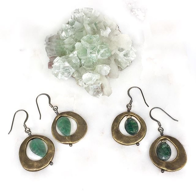 How about some green? Aventurine and Moss agate here bringing you prosperity and a sense of general well-being. Both help you connect your intellectual side w your emotional side. Simple design with powerful crystals! 🏋🏻♀️💪🏻 ———————————————————————— • • • #dreamedbyhelen #healingcrystals #crystals #energyhealing #crystalhealing #crystallove #gemstonejewelry #handmadejewelry #positivevibes #madeinchicago #healingjewelry #healingstones #handmade #jewelrylover #healingjewelry #chakras #instajewelry #bohostyle #boho #aventurine #mossagate