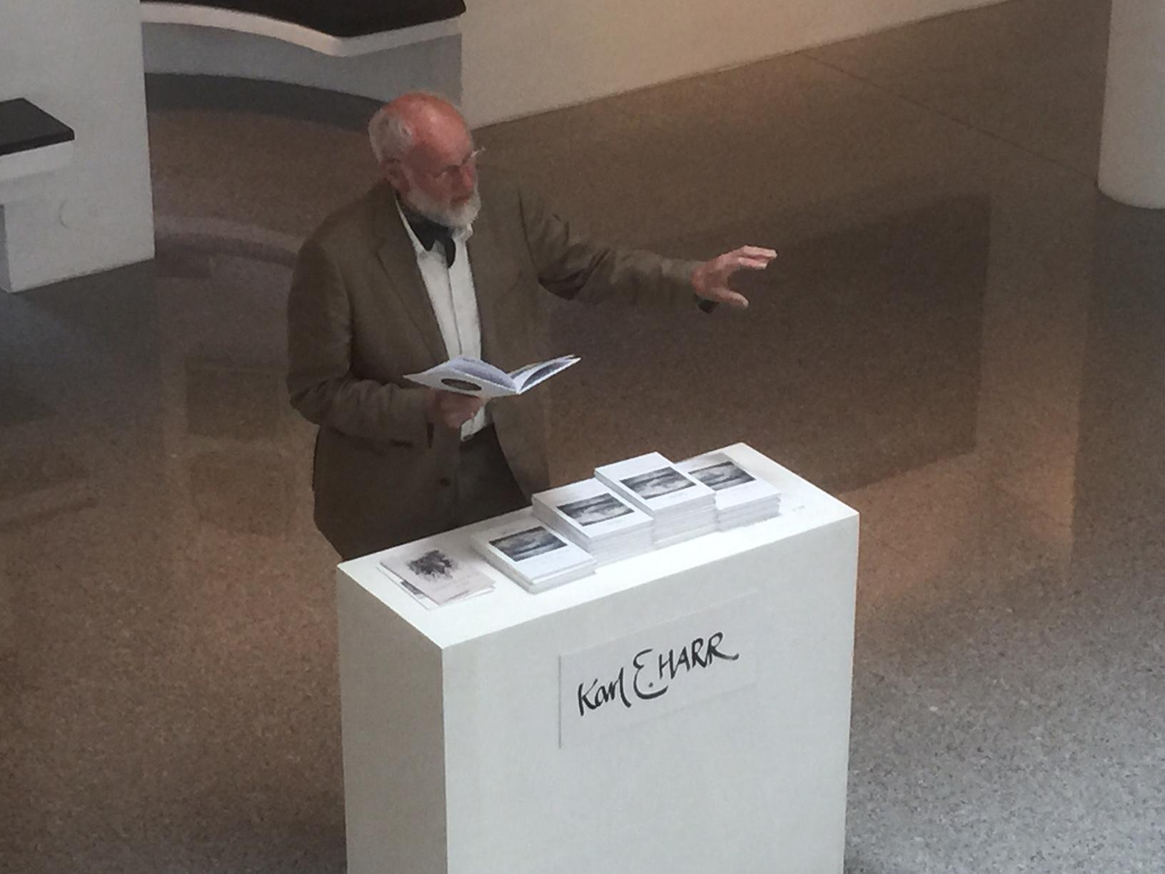 Karl Erik Harr i galleriet.
