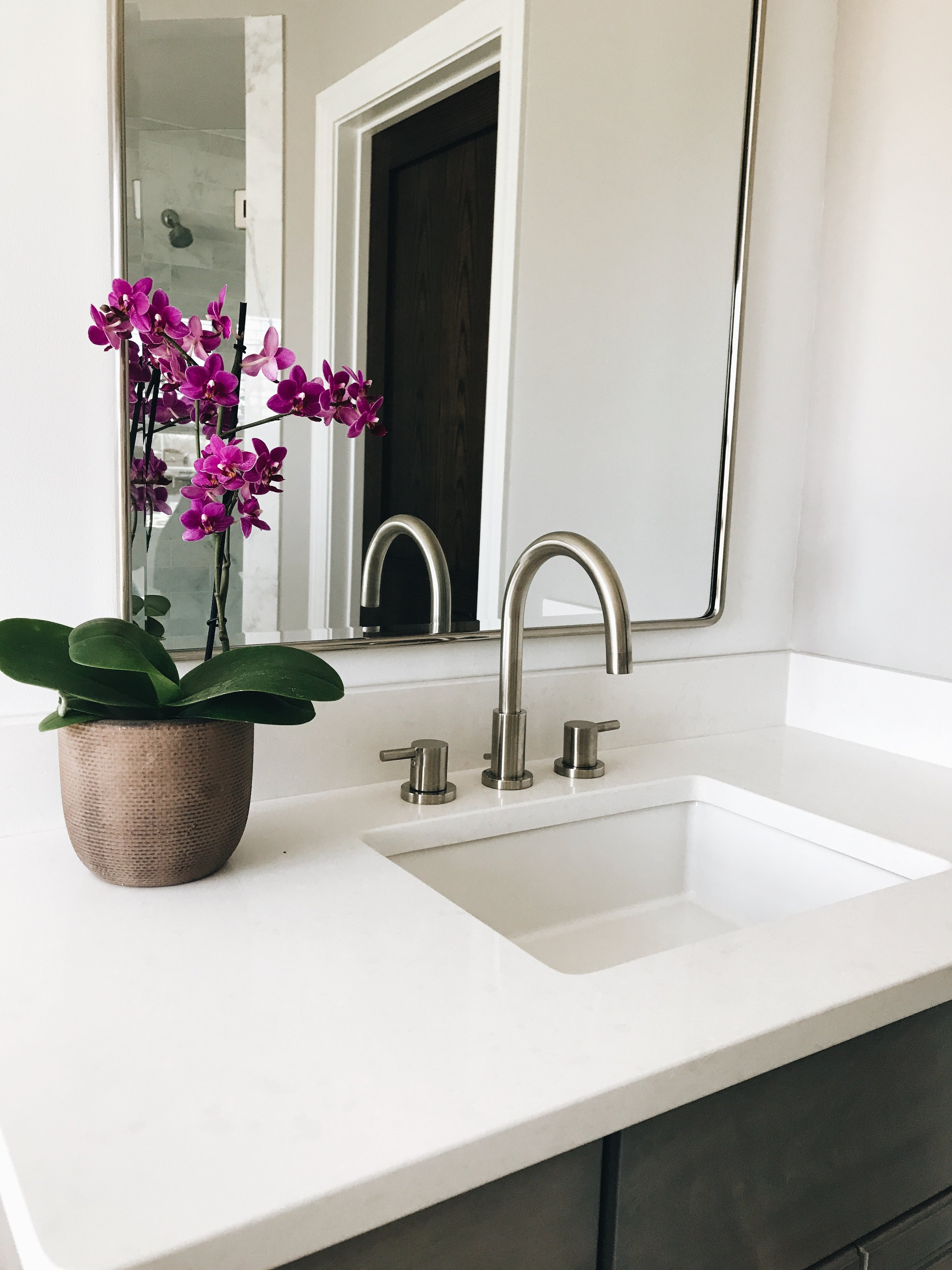Avoid These Two Major Mistakes When Selecting Bathroom Vanity Mirrors. What To Look For When Selecting Bathroom Vanity Mirrors.