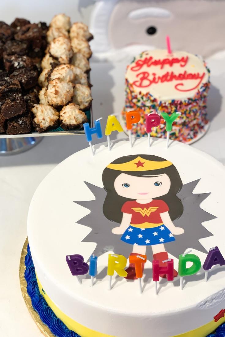 Wonder Woman Cake. Wonder Woman Dessert Table. First Birthday ideas Best birthday party cake and dessert table ideas. Baby girl birthday theme ideas.