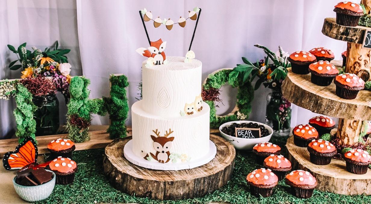 Woodland Animal Cake Ideas and Dessert Table. Fox, deer, and owl birthday cake. First Birthday cake ideas. Designer cakes for 1st Birthday party. Woodland animal themed dessert ideas.