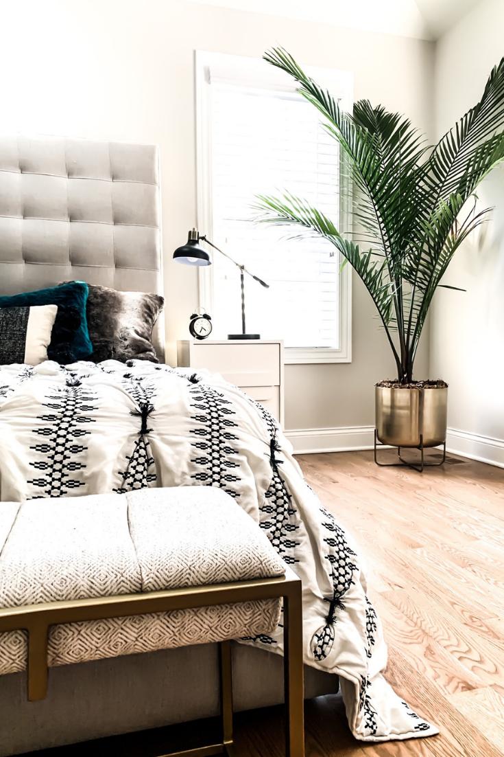 Minimalistic Bedroom Decor Ideas. Beautifully Simple Bedroom Design and Decor Ideas. Plants in your bedroom. Bohemian Bedroom decor. Simple Hygge Bedroom Decor.  Cozy bedroom ideas that will not clutter your room. Clutter-free bedroom decor. #minimalistic #hygge #bedroom #decor #ide