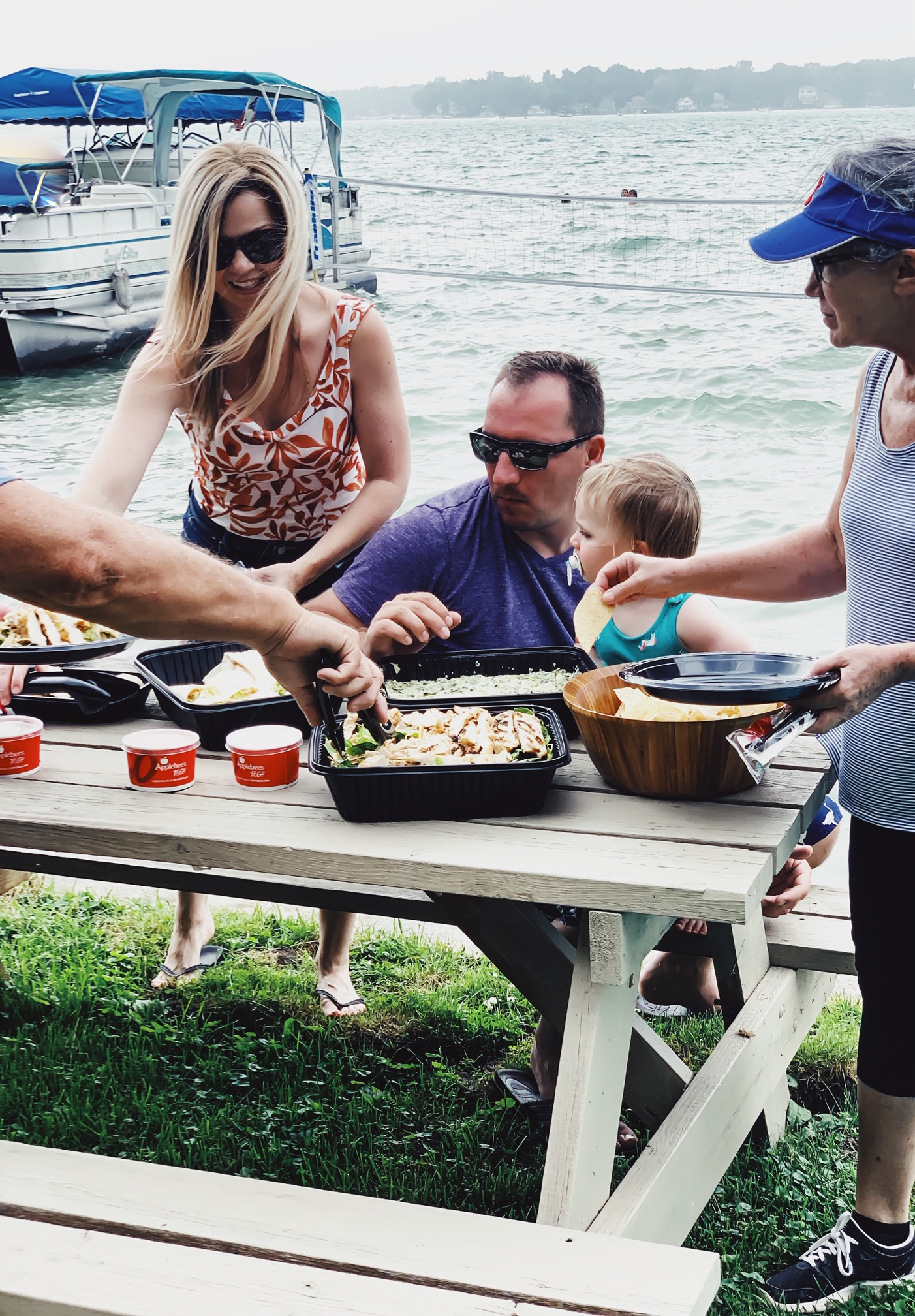 Applebee's Catering By The Lake. Choosing Applebee's for Summer Catering. Summer catering options. Best summer catering ideas. How to simplify party planning. #sponsored #Applebees #catering