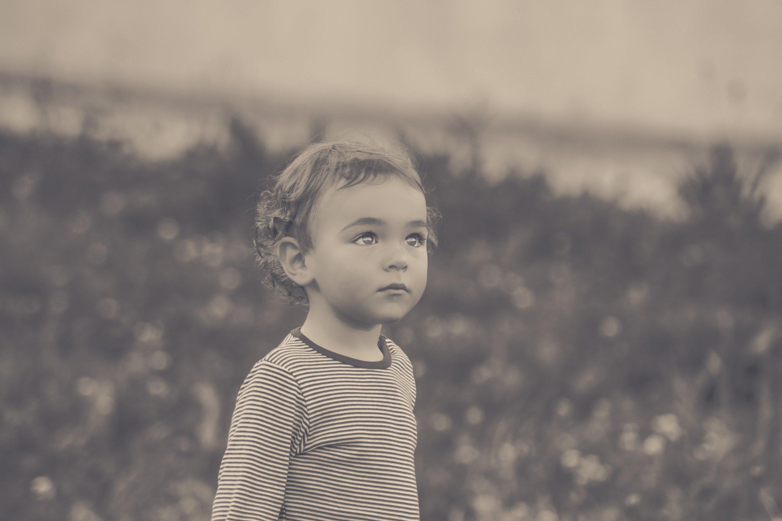 black-and-white-boy-child-277325.jpg