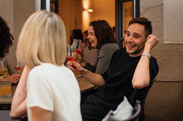 Das sieht sehr nach Wochenende aus! ☝🏼 Kommt doch bei uns auch auf einen Freitagabenddrink vorbei, unsere Bar steht ab 18 Uhr bereit 🍷 Foto: @was_fuers_auge  #restaurant #färberei #bar #freitagabend #drinks #wochenende #ab18uhr