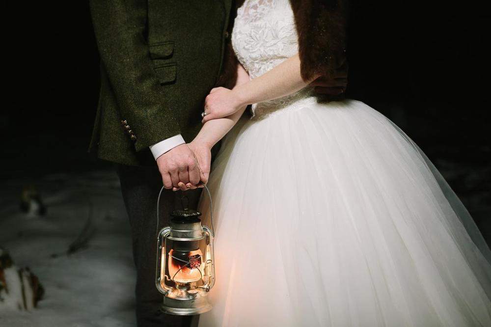 Vinterbröllop: Ljuslyktor och gröna dekorationer