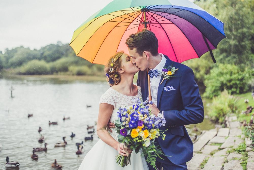 Lekfullt bröllop med starka färger