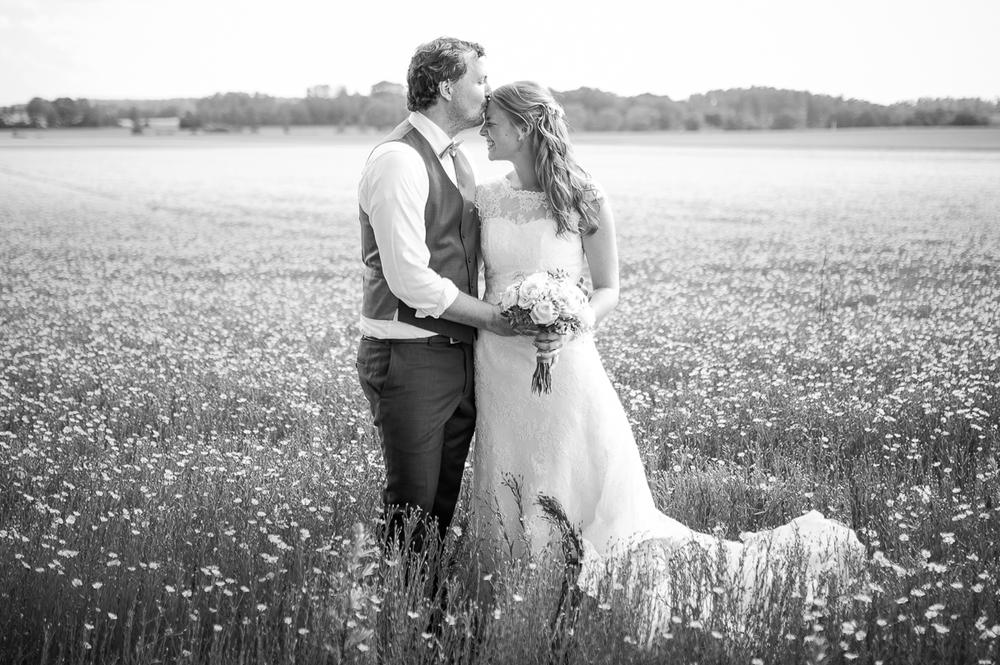 Lantligt bröllop med fest i rustikt magasin: Malin och Chris