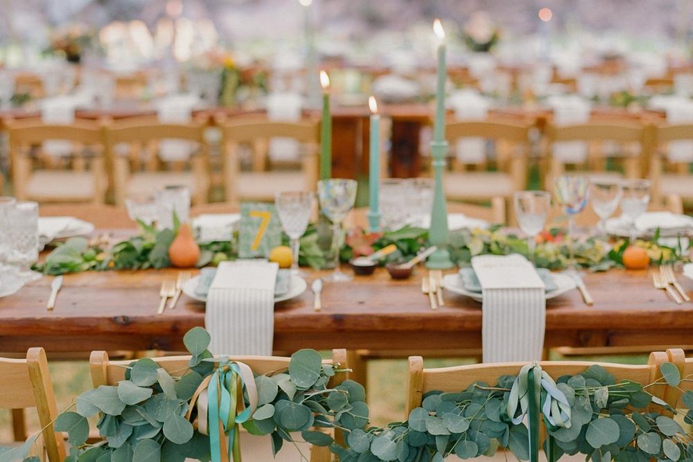 Dekoration av höstbröllop med lönnblad, eukalyptus och tistlar