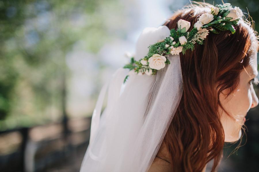 blomsterkrans i håret bröllop
