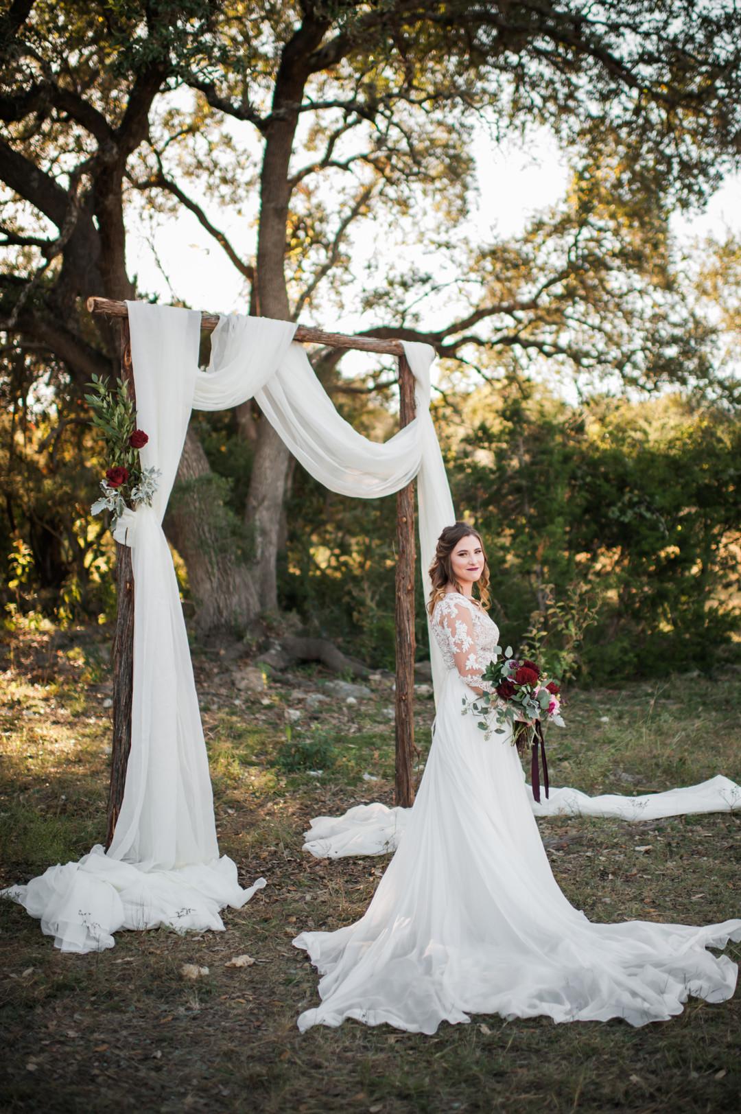 bröllop+klänning+rustikt+vigselbåge