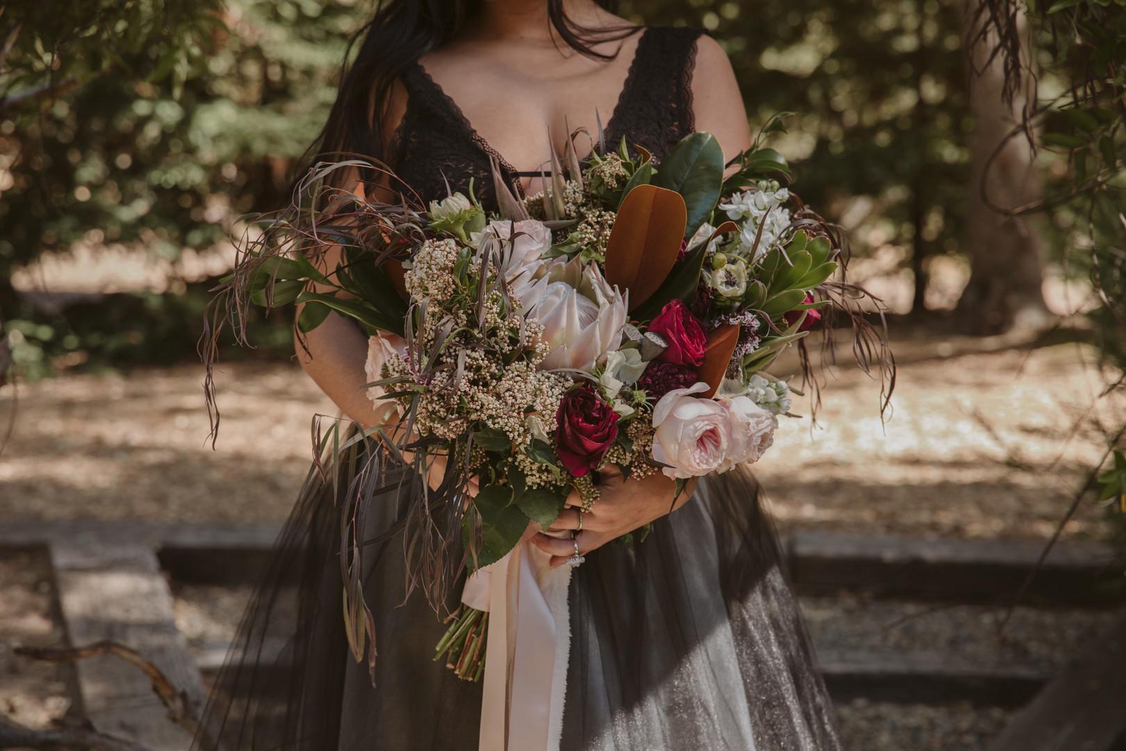 bröllop+moody+bukett+klänning