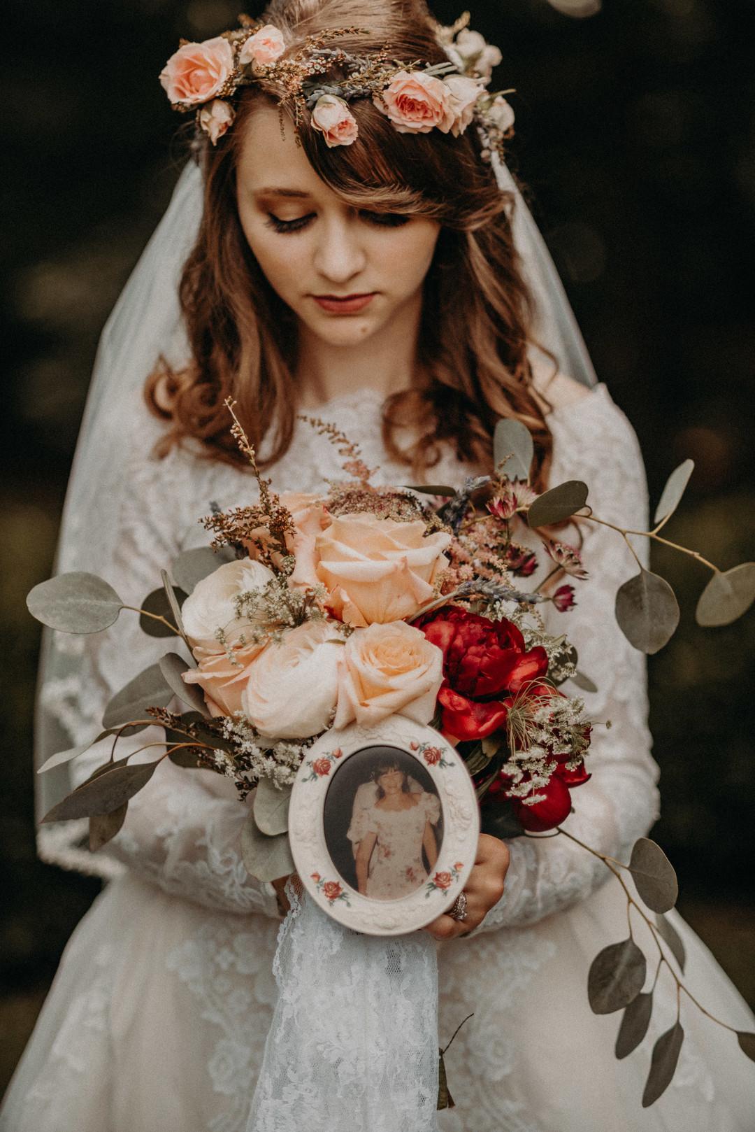 bröllop+vintage+brudklänning+brudbukett