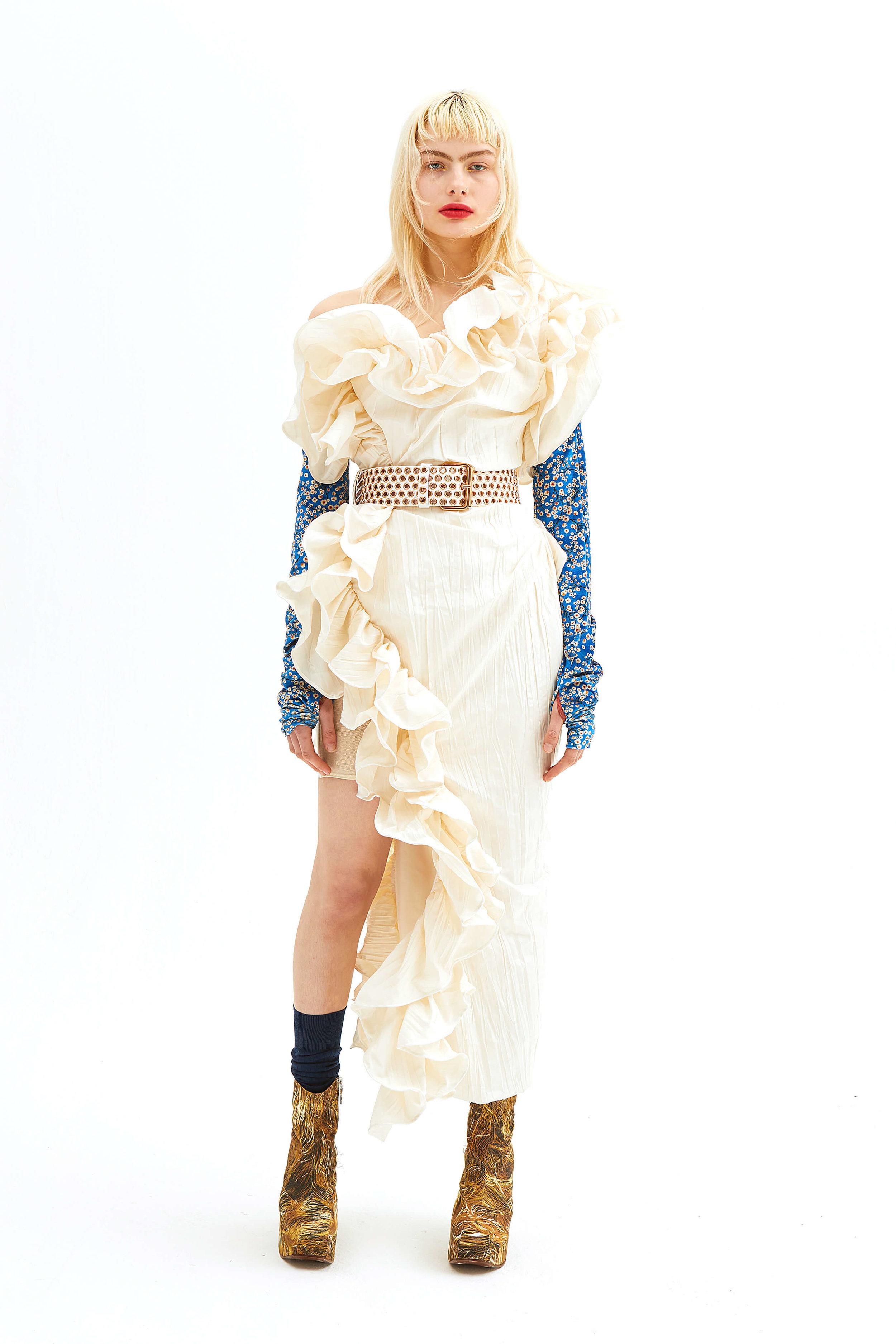 Vi älskar volangerna på denna klänning som hade funkat lika bra på fest!