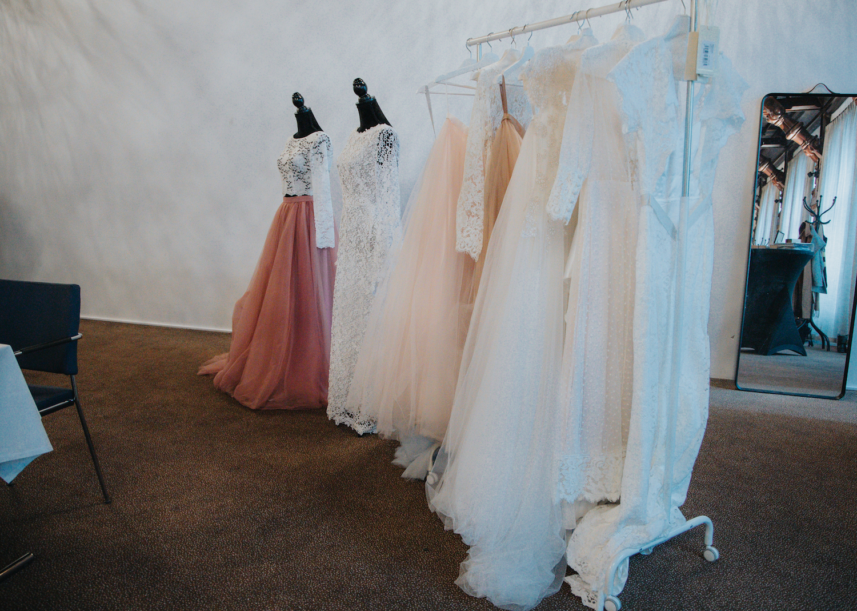 Kjolar från Sisters in Laws egna kollektion Ellen Marie Bridal, samt brudklädsel från Zetterberg Couture.