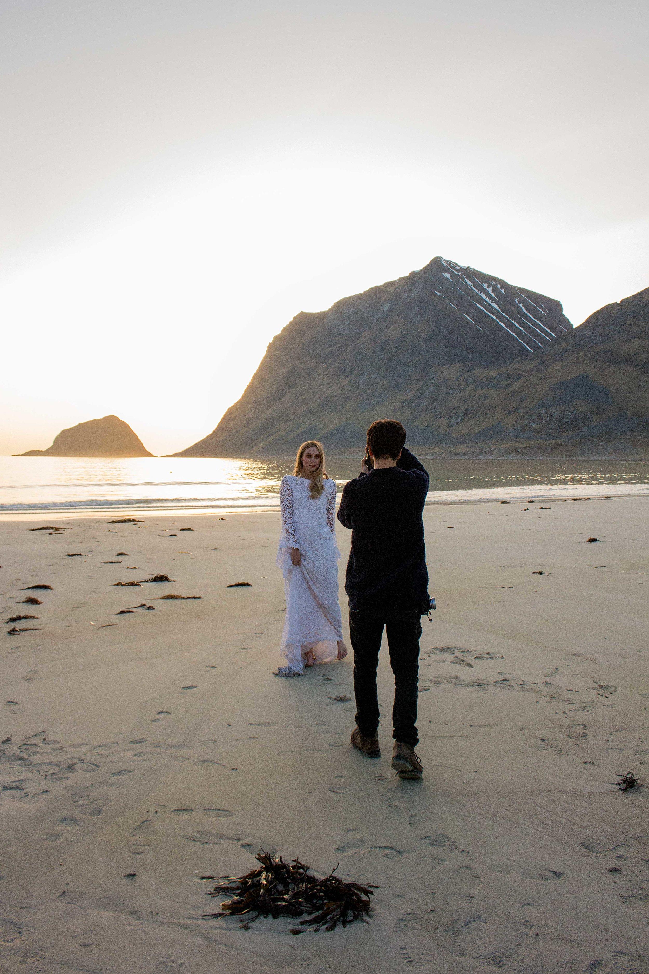 Dag 1, outfit 2. Bruden bär en spetsklänning med trumpetärm, sydd av Kristina Grahn från Sisters in Law.