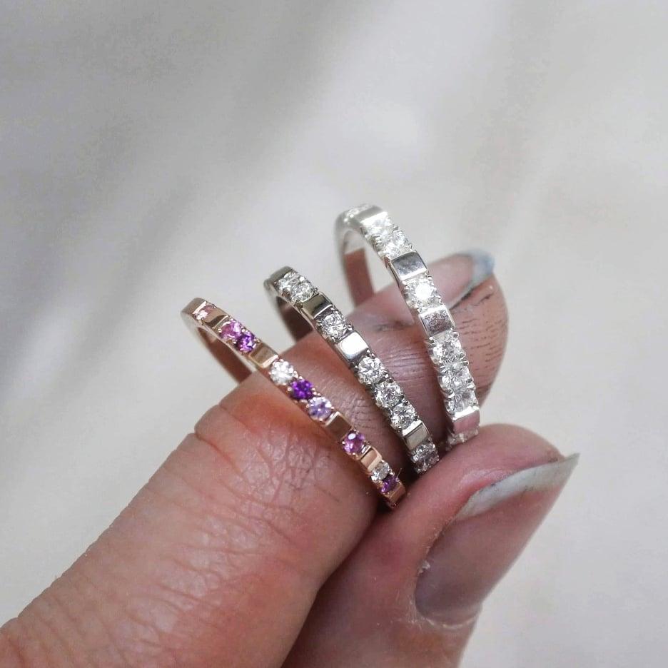 Mina populära Mrs Space ringar är en typ av alliansring, men till skillnad från en klassisk har den oregelbundna mellanrum.