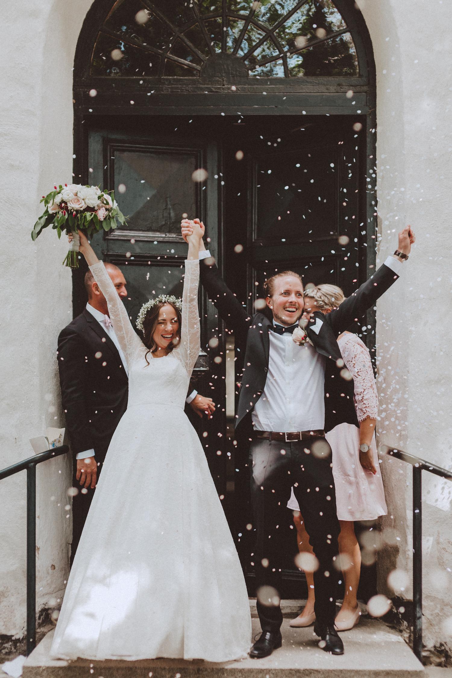 Bröllop + kyrklig vigsel + kasta ris