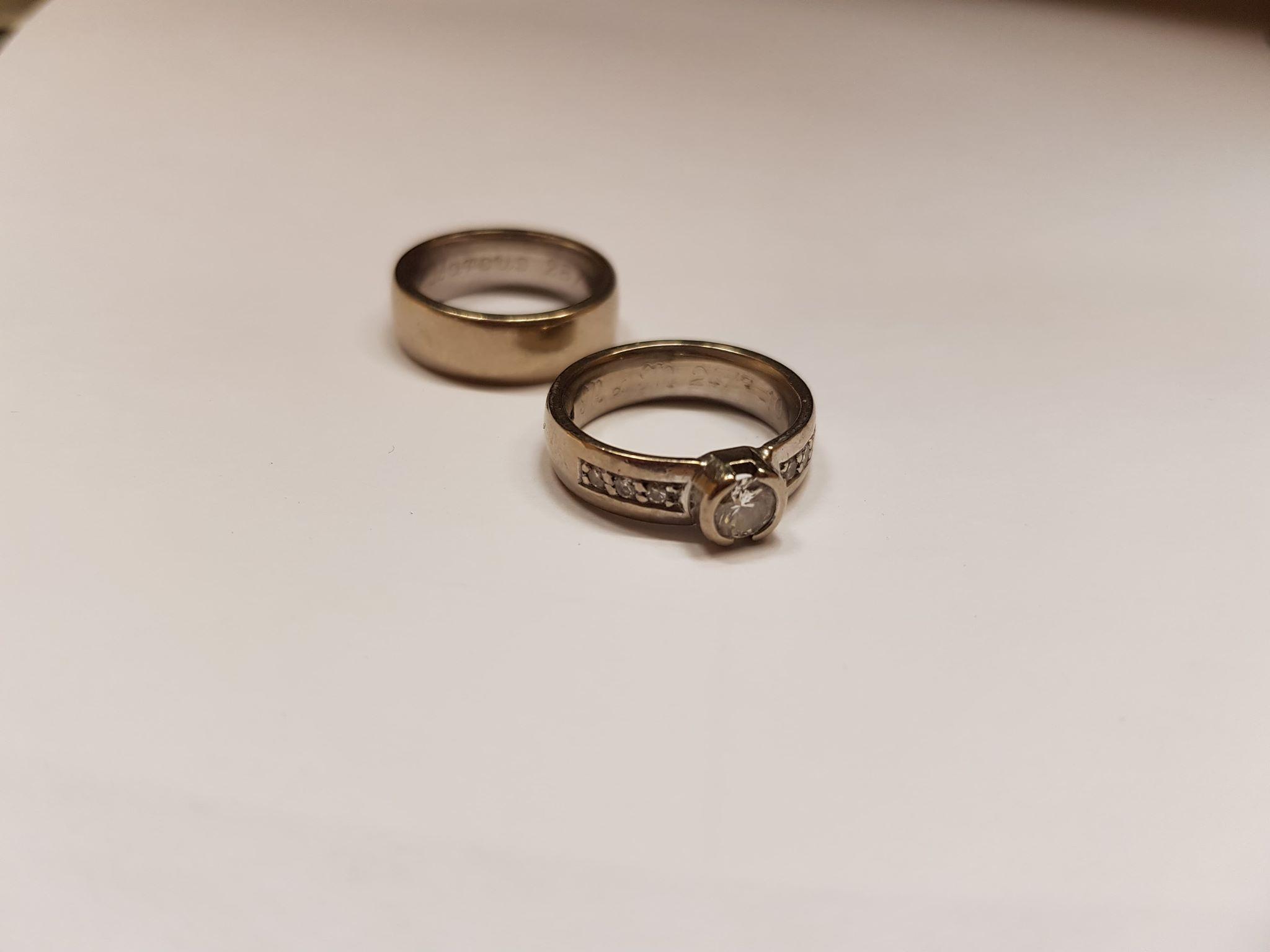 Kundens gamla ringar! Vi plockade ur stenarna ur den främre och satte i de nya ringarna.