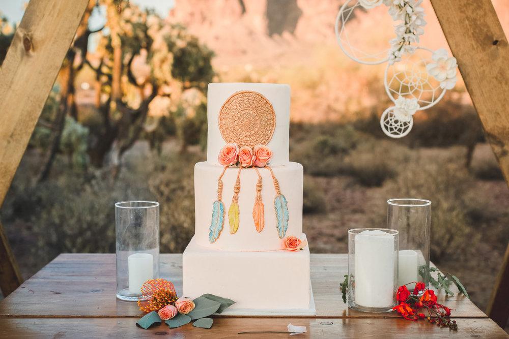 Fotograf:  Poppyseed Photography . Tårta:  Raeyes bakes's Custom Desserts .