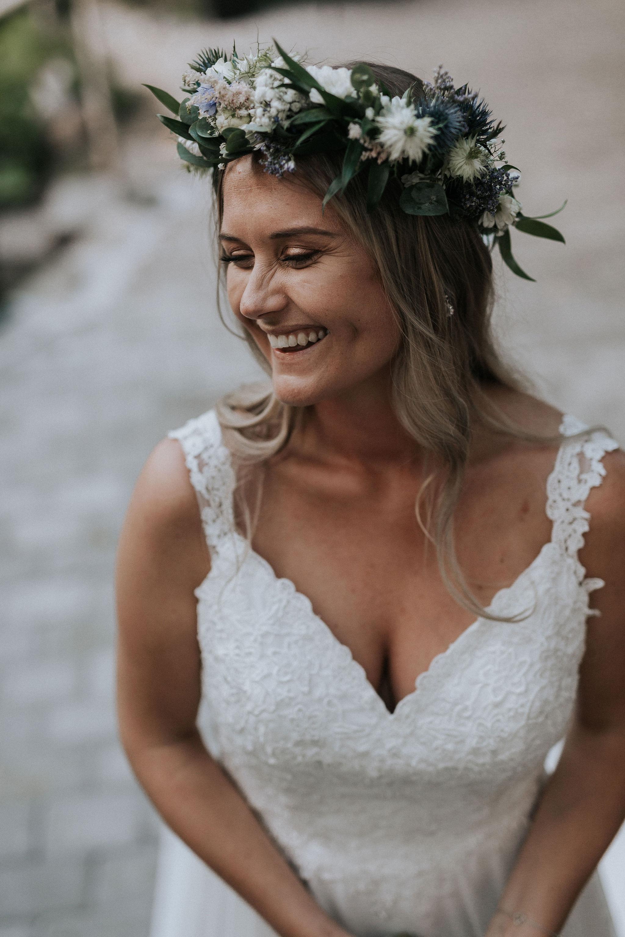 Bröllopsblogg blomsterkrans brudklänning