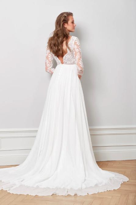 Brudklänning med spetstopp och släp , By Malina