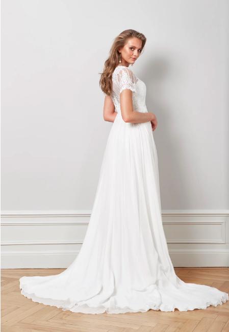 Brudklänning med kort ärm och släp , By Malina